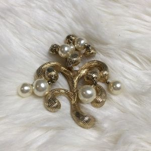 Vintage Marvella Pearl and Gold Brooch #058
